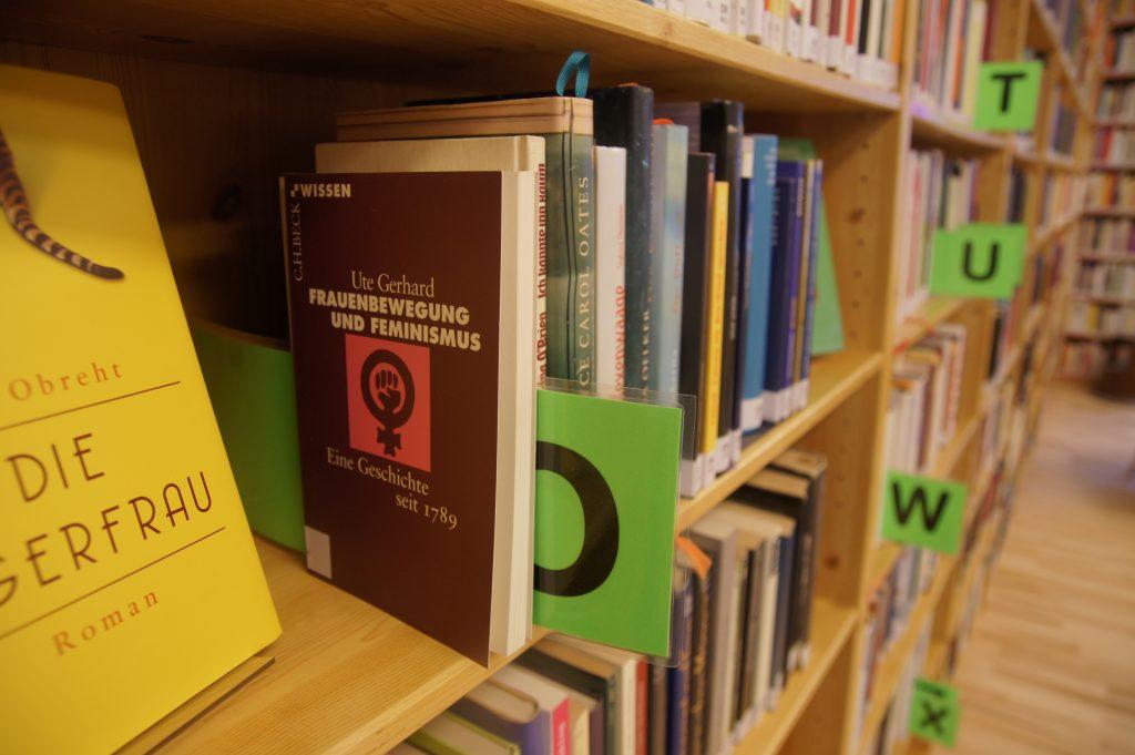 Volle Bücherregale in der aep-Bibliothek